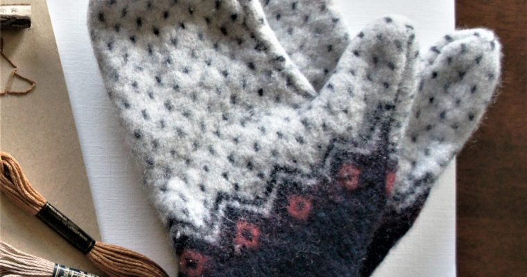 Toasty mittens from an upcycled wool jumper